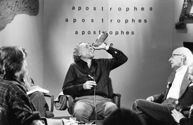 Charles Bukowski boit un coup sur le plateau d'Apostrophes