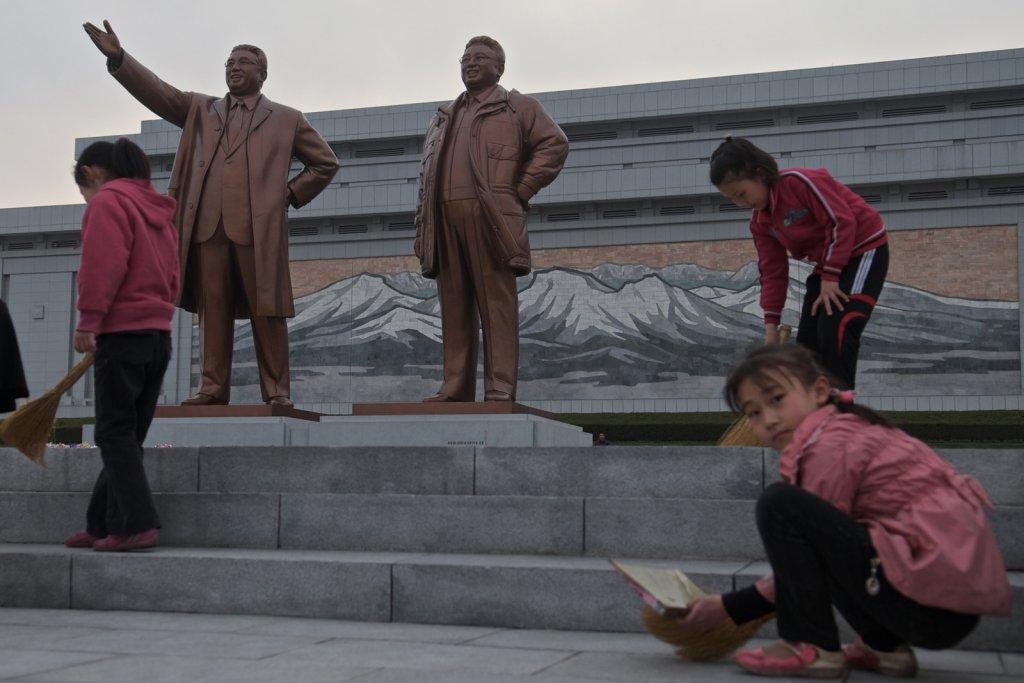 Les statues de Kim Il-sung et Kim Jong-il sur la place Mansudae Hill.