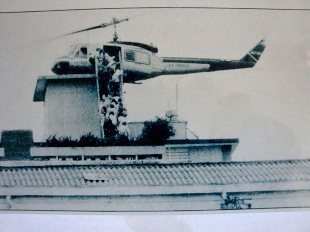 Des Sud-Vietnamiens se pressent sur le toit de l'ambassade américaine pour fuir en hélicoptère.