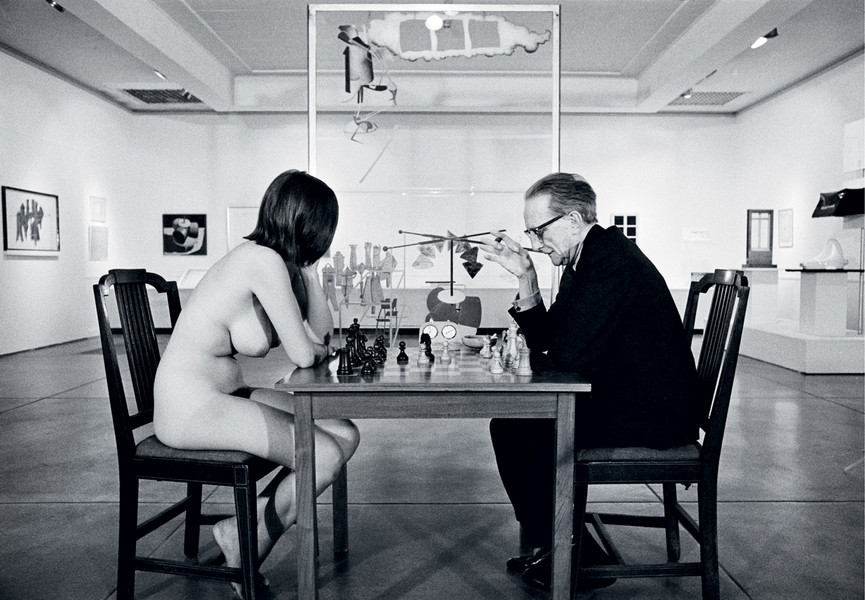 NUDE PONDERING HER NEXT MOVE Eve Babitz, chessboard, and Marcel Duchamp, 1963. © Julian Wasser