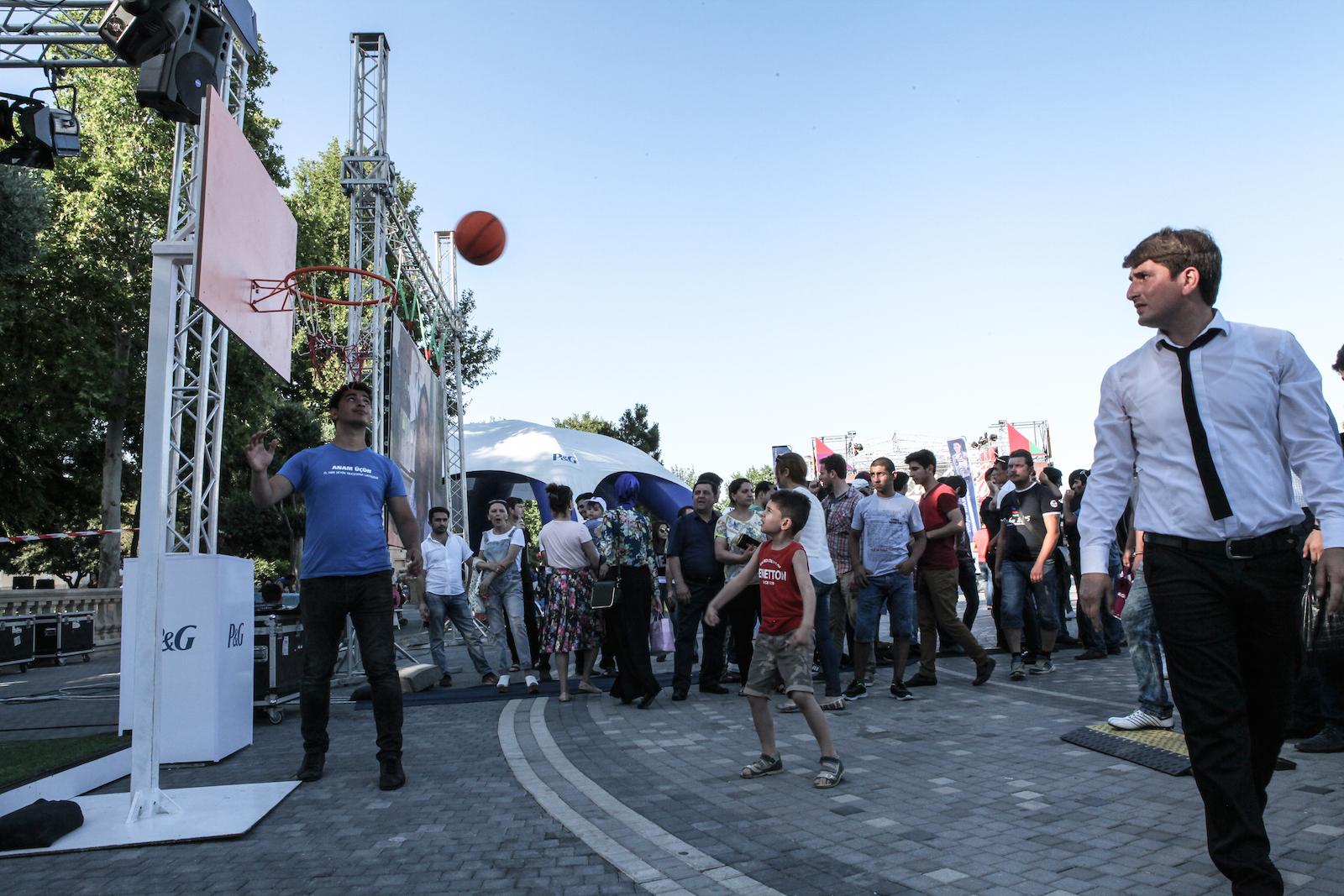 Le soir venu, les familles convergent vers le Park Bulvar afin de profiter des animations sportives liées aux Jeux européens.