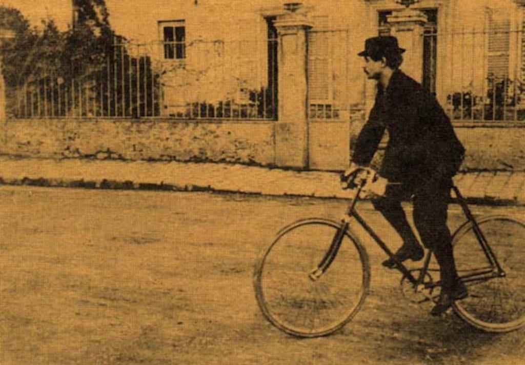 Alfred Jarry en bicyclette.