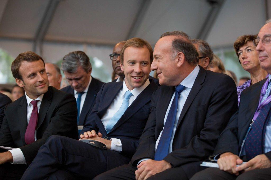 Emmanuel Macron, le ministre d'État anglais, Matthew Hancock, et le président du MEDEF, Pierre Gattaz, à la cérémonie de clôture.