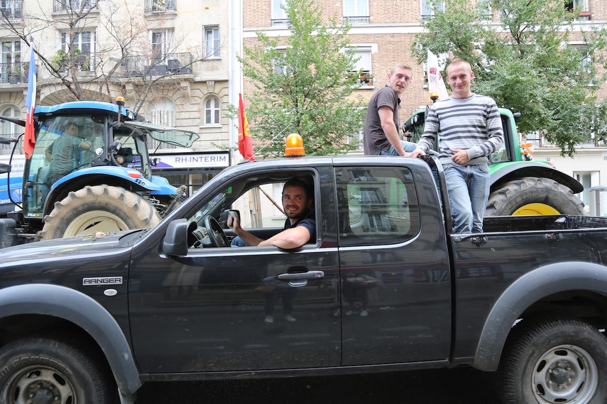 Damien et Luc posey sur leur Monster Truck.