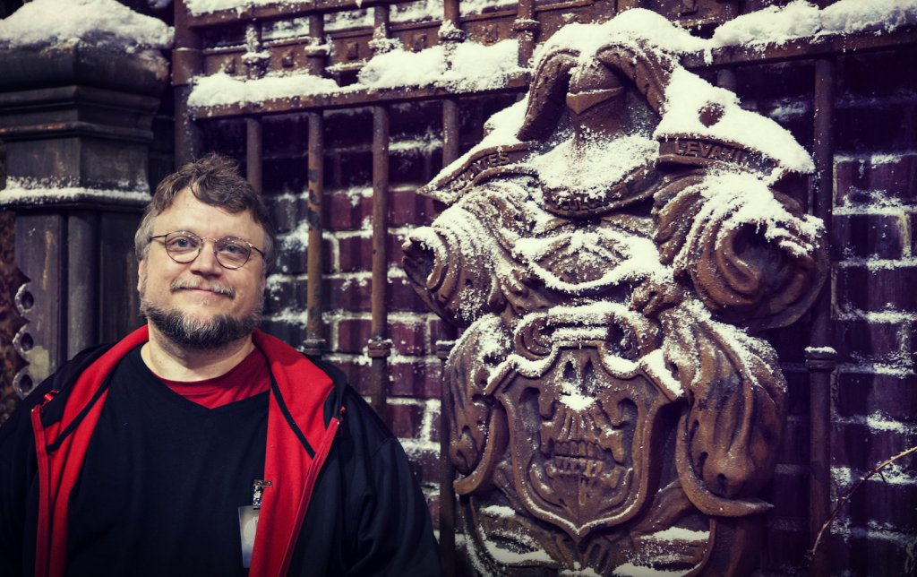 Guillermo del Toro, un air de Michael Moore et une statue / Photo (Universal Pictures)