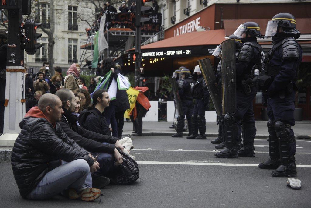 Dimanche 29 novembre. Des manifestants font un sit-in devant des CRS, près de la place de la République.