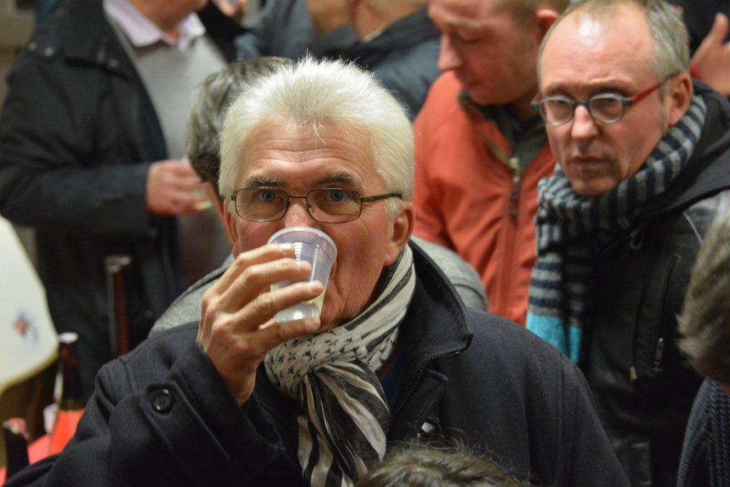 Gilles Denigot aime boire un petit verre de muscadet avant d'haranguer les foules.