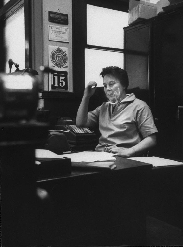 Harper Lee dans le bureau de son père à Monroeville, en 1961.