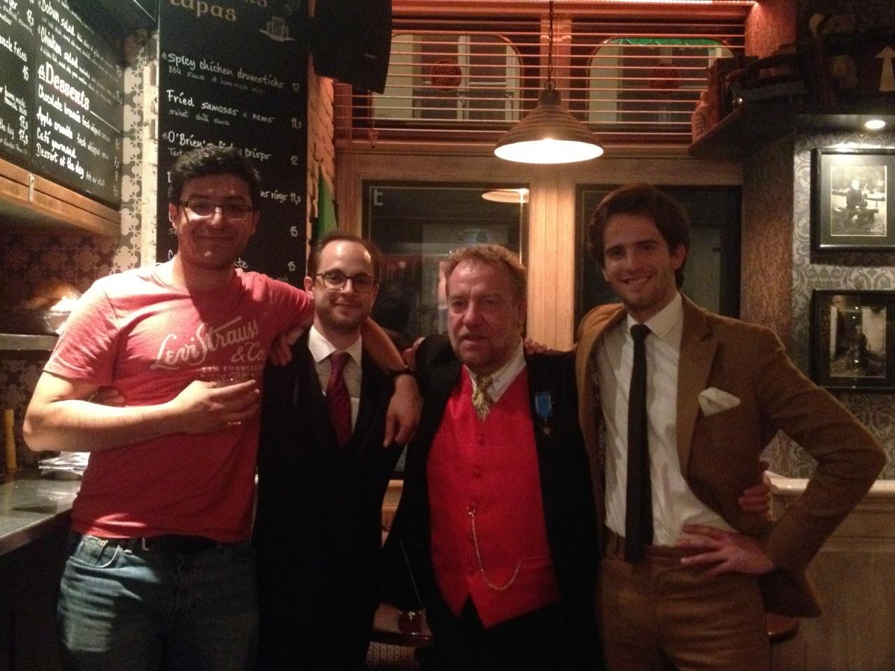 """Mc Cavan avec ses """"poulains"""", anciens orateurs, dans le pub irlandais."""