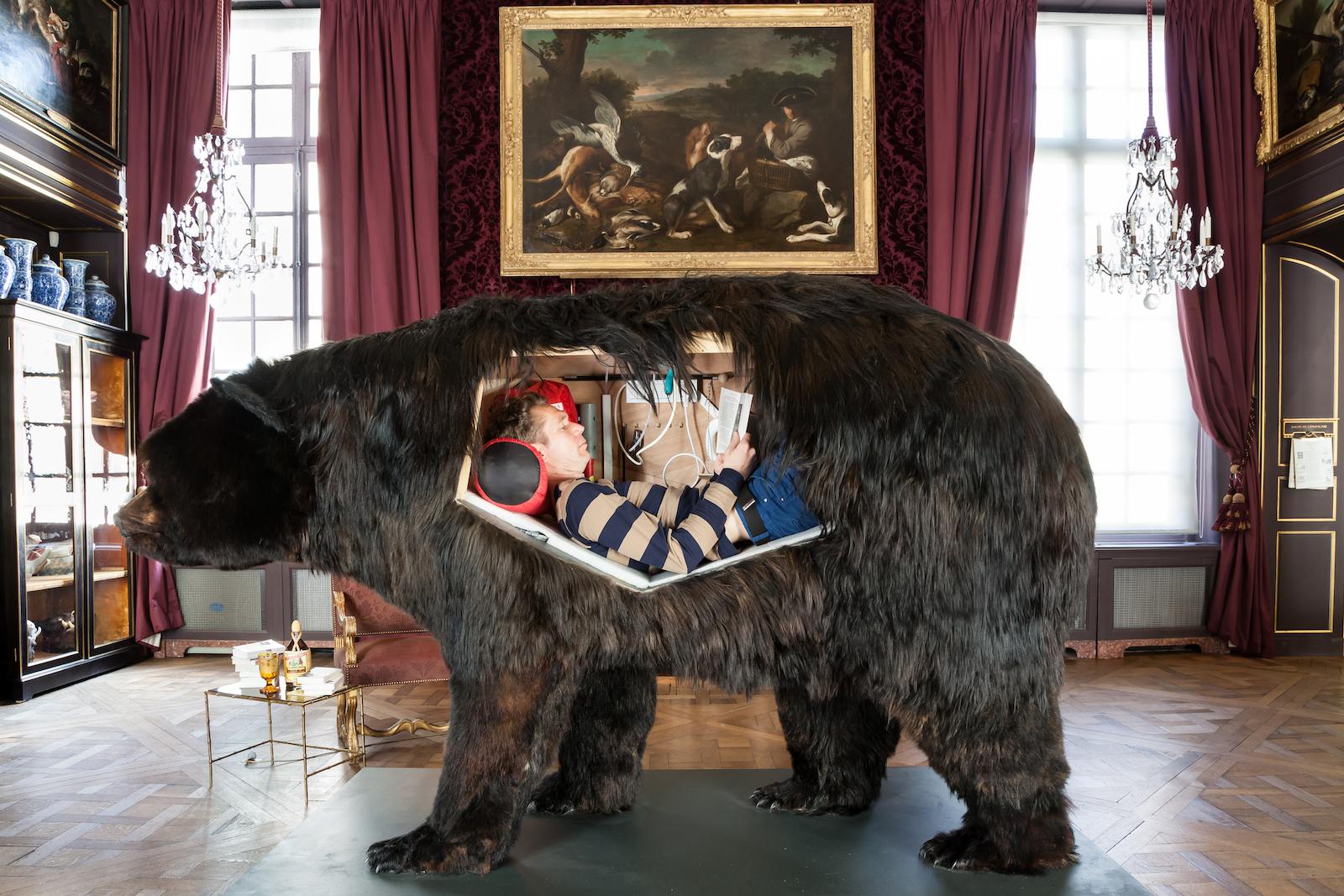 Abraham Poincheval Ours, 2014  160 x 220 x 110 cm Matériaux mixtes © Musée de la chasse et de la nature. Photo : S. Lloyd. Courtesy Semiose galerie, Paris.