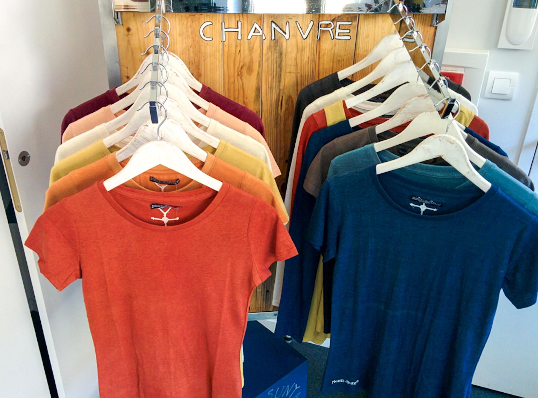 Des t-shirts fabriqués à partir de fibres de chanvre, produits par l'entreprise Nunty Sunya.