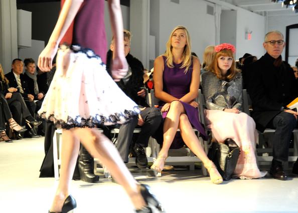 Tavi Gevinson à côté de Maria Sharapova, lors de la Fashion Week.